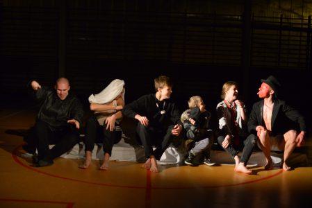 scena zbiorowa (Pijacy), od prawej Mariusz Kowalczyk, Tomasz Kramża, Łukasz Siwek, Bartosz Bidler, Maria Przylecka, Tomasz Rutkowski